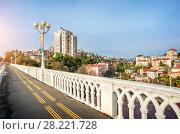 Белая ограда города White fence and a view of the city of Sochi (2018 год). Стоковое фото, фотограф Baturina Yuliya / Фотобанк Лори