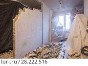 Купить «Перепланировка квартиры. Демонтаж стен. Вещи накрыты тканью для защиты от пыли», фото № 28222516, снято 28 февраля 2020 г. (c) Иванов Алексей / Фотобанк Лори
