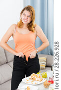 sad teenager girl can not zip up pants. Стоковое фото, фотограф Яков Филимонов / Фотобанк Лори