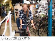 Купить «female is posing with bicycle», фото № 28227016, снято 13 сентября 2017 г. (c) Яков Филимонов / Фотобанк Лори