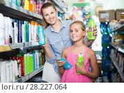 Купить «mother with girl holding shampoo», фото № 28227064, снято 5 августа 2017 г. (c) Яков Филимонов / Фотобанк Лори