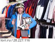 Купить «Guy in skiing outfit in shop», фото № 28227116, снято 6 февраля 2018 г. (c) Яков Филимонов / Фотобанк Лори