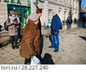 Купить «Молодой человек торгует сим-картами сотовых операторов: «МТС», «Билайн» и «Мегафон» с рук на улице», фото № 28227240, снято 20 марта 2018 г. (c) Victoria Demidova / Фотобанк Лори