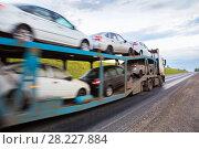Купить «Transportation of car on semi-trailer», фото № 28227884, снято 20 июля 2015 г. (c) Юрий Бизгаймер / Фотобанк Лори