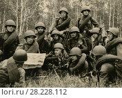 Купить «Взвод солдат на импровизированной политинформации. 1943 год», фото № 28228112, снято 23 февраля 2019 г. (c) Retro / Фотобанк Лори