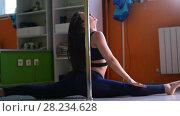 Купить «Beautiful girl dancing with pole in a fitness class», видеоролик № 28234628, снято 18 августа 2019 г. (c) Константин Шишкин / Фотобанк Лори