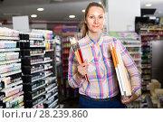 Woman shopping various supplies in art store. Стоковое фото, фотограф Яков Филимонов / Фотобанк Лори