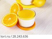 Купить «Еда. Десерт. Апельсины и Панна-котта на завтрак. Итальянский молочный цитрусовый продукт из йогурта и сливок с апельсином и лимонным соком.», фото № 28243636, снято 18 марта 2018 г. (c) Светлана Евграфова / Фотобанк Лори