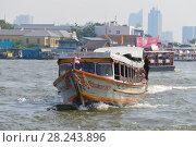 """Маршрутный пассажирский катер """"Chao Phraya Express Boat"""" на реке Чаупхрая . Бангкок, Таиланд (2016 год). Редакционное фото, фотограф Виктор Карасев / Фотобанк Лори"""