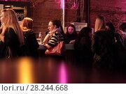 Молодёжь в ночном клубе CRABBER Red Oktober (2018 год). Редакционное фото, фотограф Дмитрий Неумоин / Фотобанк Лори