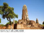 Руины главного пранга древнего буддистского храма Wat Phra Ram солнечным днем. Аюттхая, Таиланд (2017 год). Стоковое фото, фотограф Виктор Карасев / Фотобанк Лори
