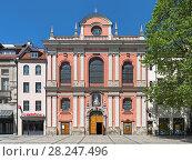 Купить «Фасад церкви Бургерзалькирхе в Мюнхене, Германия», фото № 28247496, снято 28 мая 2017 г. (c) Михаил Марковский / Фотобанк Лори