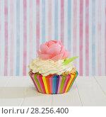 Купить «Домашний кекс с кремом и вафлями. Полосатый фон», фото № 28256400, снято 3 апреля 2018 г. (c) ирина реброва / Фотобанк Лори