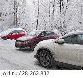 Купить «Автомобили  в городском дворе зимой», фото № 28262832, снято 22 февраля 2018 г. (c) Татьяна Чепикова / Фотобанк Лори