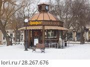 Купить «Сетевая кофейня Прокофьев в саду имени Караева в городе курорте Евпатории зимой», фото № 28267676, снято 28 февраля 2018 г. (c) Николай Мухорин / Фотобанк Лори
