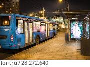 Купить «Городской синий автобус около остановки. Москва», фото № 28272640, снято 5 апреля 2018 г. (c) Victoria Demidova / Фотобанк Лори