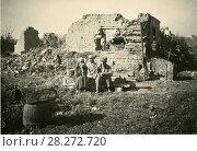 Престарелые родители с ребенком сидят на развалинах дома. 1942 год. Стоковое фото, фотограф Retro / Фотобанк Лори