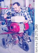 Купить «Smiling guy gas plow for work», фото № 28273280, снято 17 января 2017 г. (c) Яков Филимонов / Фотобанк Лори