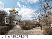 Купить «Москва, вид на Смоленский собор в Новодевичьем монастыре», эксклюзивное фото № 28274648, снято 15 апреля 2017 г. (c) Дмитрий Неумоин / Фотобанк Лори