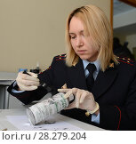 Купить «Эксперт-криминалист полиции изымает отпечатки пальцев с баллончика найденного на месте преступления», фото № 28279204, снято 25 марта 2016 г. (c) Free Wind / Фотобанк Лори
