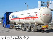 Купить «Цистерна для перевозки сжиженного газа крупным планом», фото № 28303040, снято 12 апреля 2018 г. (c) Виктор Карасев / Фотобанк Лори