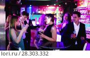 Купить «Young students dancing on party with cocktails in the club», видеоролик № 28303332, снято 4 мая 2017 г. (c) Яков Филимонов / Фотобанк Лори