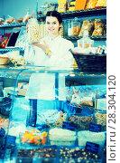 Vendor shows an assortment of nuts. Стоковое фото, фотограф Яков Филимонов / Фотобанк Лори
