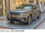 Купить «Среднеразмерный SUV премиум-сегмента Range Rover Velar R-Dynamic SE британской марки Land Rover на выставке «70 лет Land Rover». ГУМ, город Москва», фото № 28304604, снято 11 апреля 2018 г. (c) Владимир Сергеев / Фотобанк Лори