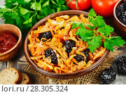 Купить «Cabbage stewed with prunes», фото № 28305324, снято 28 декабря 2017 г. (c) Надежда Мишкова / Фотобанк Лори