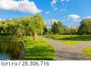 Купить «Пешеходная зона в теплый летний вечер в зоне отдыха в Алтуфьево, Москва», фото № 28306716, снято 23 июля 2017 г. (c) Pukhov K / Фотобанк Лори