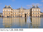 Купить «Wooden boats toys in the pool in front of the Luxembourg Palace (Palais) in the Luxembourg Garden (Jardin), Paris France», фото № 28308988, снято 2 июня 2020 г. (c) BE&W Photo / Фотобанк Лори