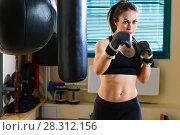 Купить «Женщина бьет боксерскую грушу на тренировке», фото № 28312156, снято 21 марта 2018 г. (c) Владимир Мельников / Фотобанк Лори