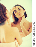Купить «Woman using mirror», фото № 28313040, снято 19 октября 2018 г. (c) Яков Филимонов / Фотобанк Лори