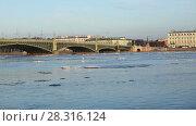 Купить «Вид на Неву и Троицкий мост в Санкт-Петербурге во время ледохода», видеоролик № 28316124, снято 18 апреля 2018 г. (c) Stockphoto / Фотобанк Лори