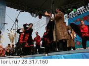 Купить «Выступление народного коллектива на сцене», фото № 28317160, снято 9 сентября 2017 г. (c) Марина Шатерова / Фотобанк Лори