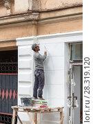 Рабочий штукатурит фасад старого здания (2017 год). Редакционное фото, фотограф Александр Щепин / Фотобанк Лори