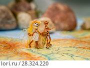 Проволочные человечки шагают по карте. Стоковое фото, фотограф Ирина F24 / Фотобанк Лори