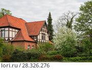 Купить «Старый фахверковый дом под красной черепичной крышей в саду с цветущей черемухой. Германия», фото № 28326276, снято 11 мая 2013 г. (c) Юлия Бабкина / Фотобанк Лори