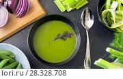 close up of vegetable green cream soup in bowl. Стоковое видео, видеограф Syda Productions / Фотобанк Лори