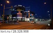 """Купить «Торгово-развлекательный центр """"Парус"""", ночной вид», видеоролик № 28328908, снято 23 апреля 2018 г. (c) А. А. Пирагис / Фотобанк Лори"""