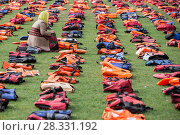 Купить «More than 30 volunteers lay 2,500 life jackets in Parliament Square, London to highlight the plight of refugees on the day of the UN migration summit in...», фото № 28331192, снято 19 сентября 2016 г. (c) age Fotostock / Фотобанк Лори