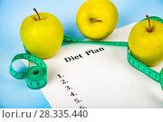 Купить «Apples, diet plan and measuring tape», фото № 28335440, снято 11 апреля 2018 г. (c) Елена Блохина / Фотобанк Лори