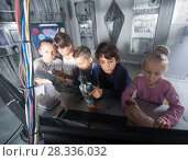 children discuss the game in bunker quest room. Стоковое фото, фотограф Яков Филимонов / Фотобанк Лори