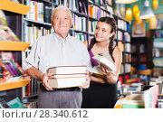 Happy grandfather with girl are choosing books. Стоковое фото, фотограф Яков Филимонов / Фотобанк Лори