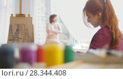 Купить «Young female artist draws sketches of naked model in a drawing class», видеоролик № 28344408, снято 15 августа 2018 г. (c) Константин Шишкин / Фотобанк Лори