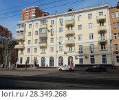 Купить «Пятиэтажный трёхподъездный кирпичный жилой дом. Построен в 1953 году. Первомайская улица, 107. Район Восточное Измайлово. Город Москва», эксклюзивное фото № 28349268, снято 4 апреля 2018 г. (c) lana1501 / Фотобанк Лори
