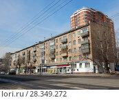 Купить «Пятиэтажный четырёхподъездный кирпичный жилой дом серии I-511, построен в 1968 году. Первомайская улица, 99. Район Восточное Измайлово. Город Москва», эксклюзивное фото № 28349272, снято 4 апреля 2018 г. (c) lana1501 / Фотобанк Лори