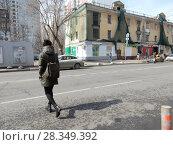 Купить «Женщина переходит дорогу в неположенном месте. 9-ая Парковая улица. Район Измайлово. Город Москва», эксклюзивное фото № 28349392, снято 4 апреля 2018 г. (c) lana1501 / Фотобанк Лори
