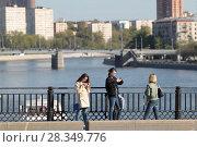 Купить «Москва, девушки делают селфи на Большом Краснохолмском мосту», эксклюзивное фото № 28349776, снято 14 мая 2017 г. (c) ДеН / Фотобанк Лори