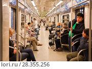Купить «В вагоне Московского метро. Сквозной поезд», фото № 28355256, снято 30 апреля 2018 г. (c) Victoria Demidova / Фотобанк Лори